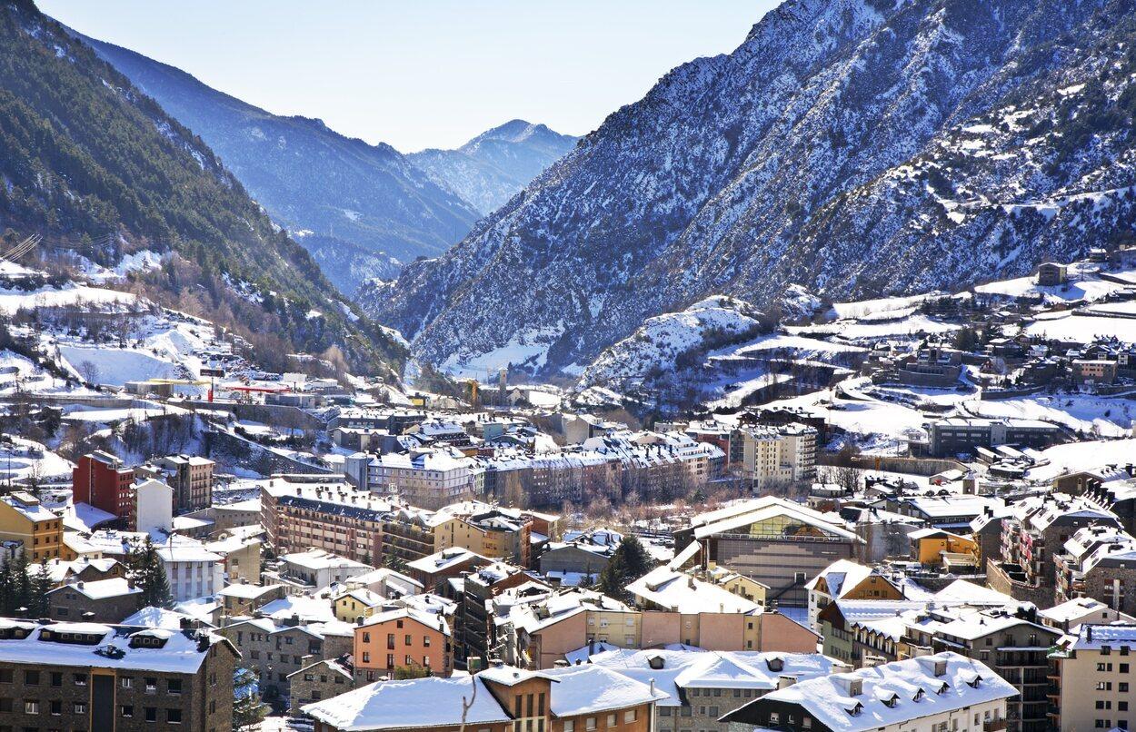 Andorra se encuentra entre España y Francia al abrigo de la cordillera de los Pirineos