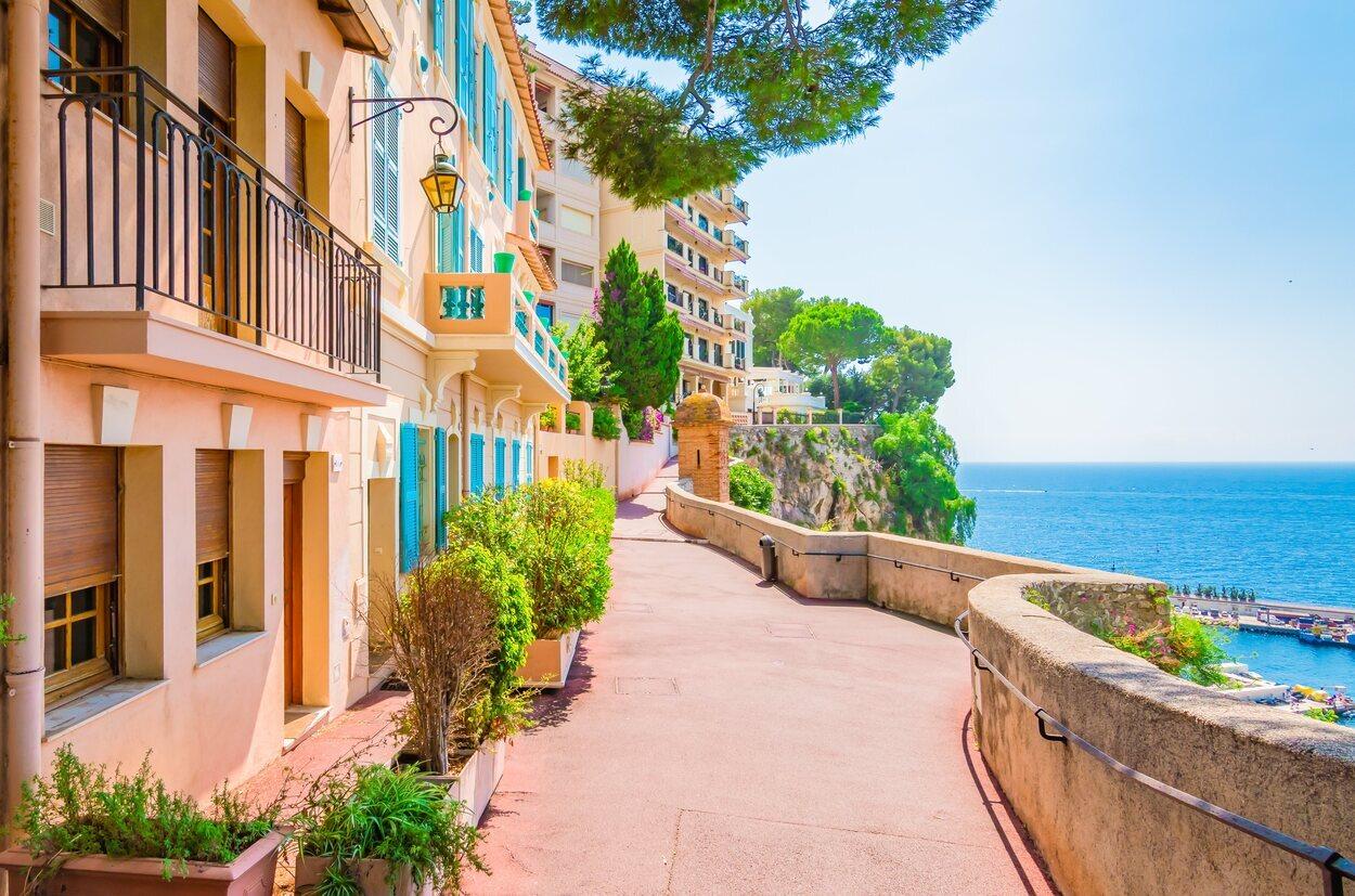 Mónaco se encuentra a unos 30 kilómetros de un aeropuerto principal con conexiones internacionales