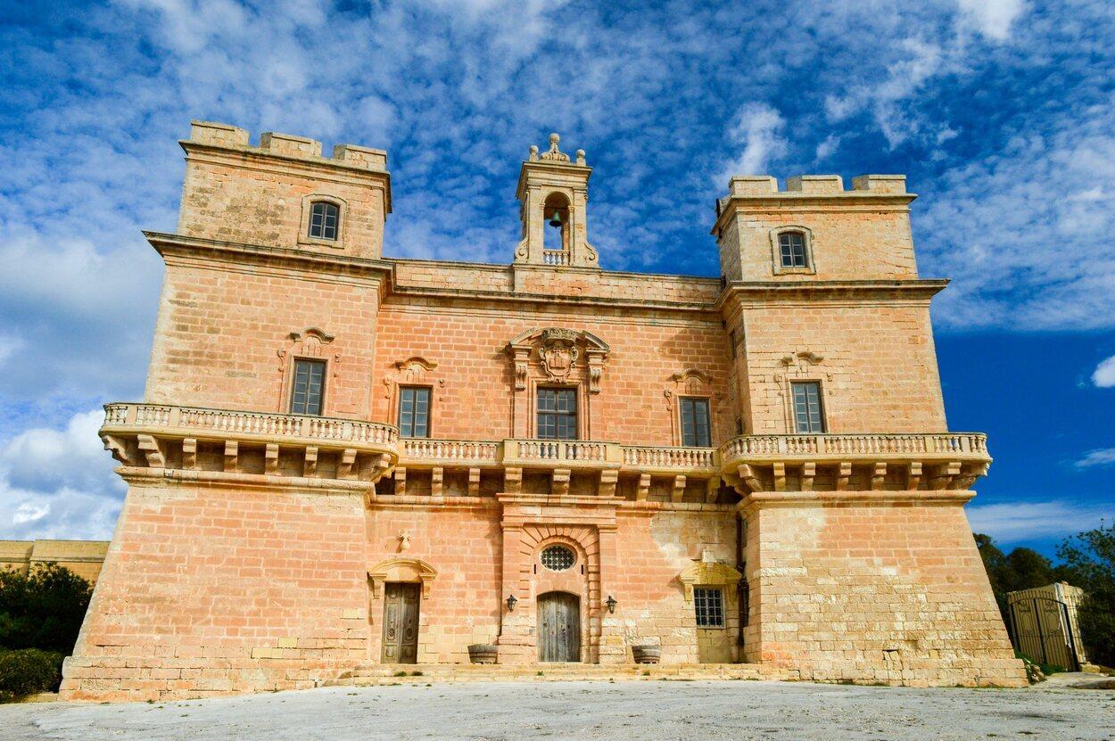 El Palacio de Selmun se encuentra en la península de Selmun en Mellieha