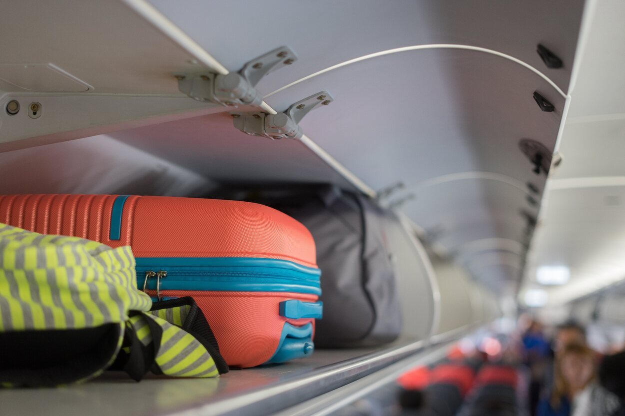 Air Canada solo permite llevar una maleta estándar junto a un complemento adicional