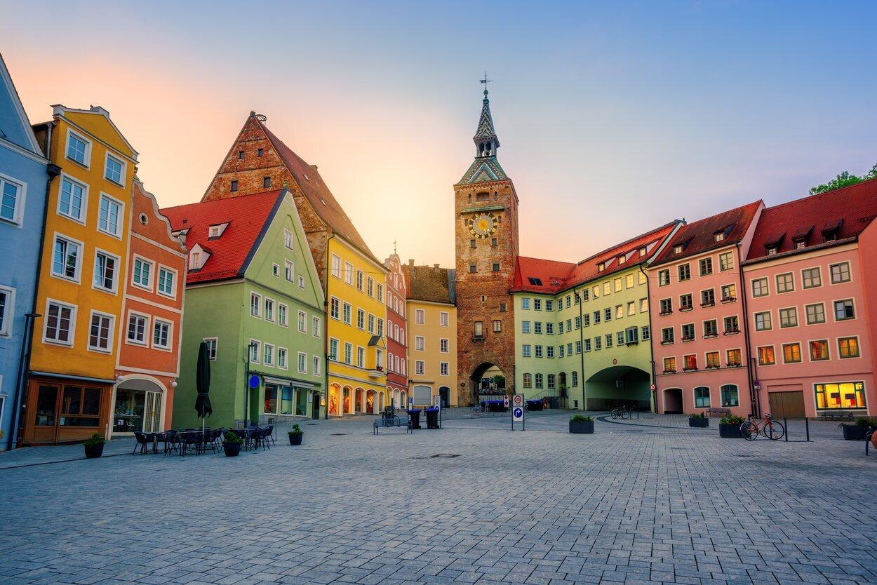 Casas tradicionales de colores en Landsberg am Lech, casco antiguo gótico histórico