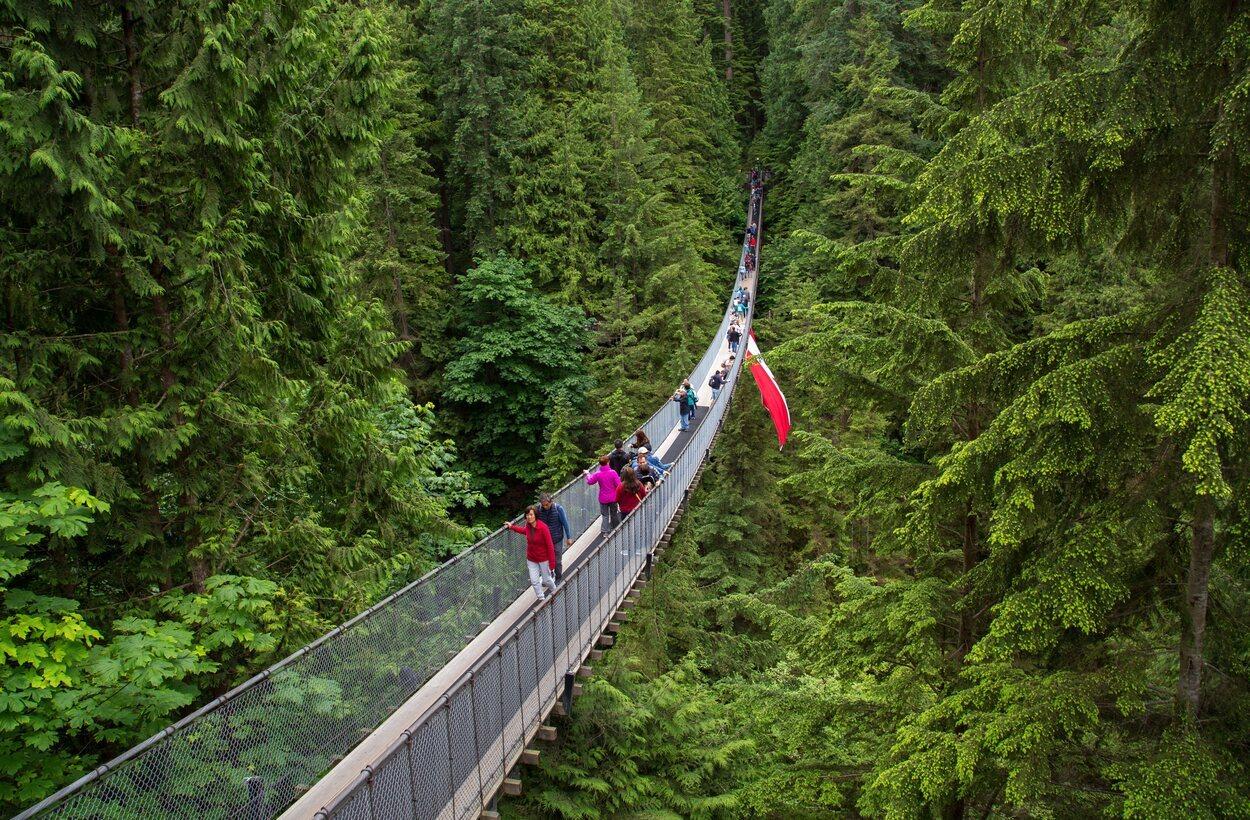 Puente colgante que cruza el río Capilano en Vancouver