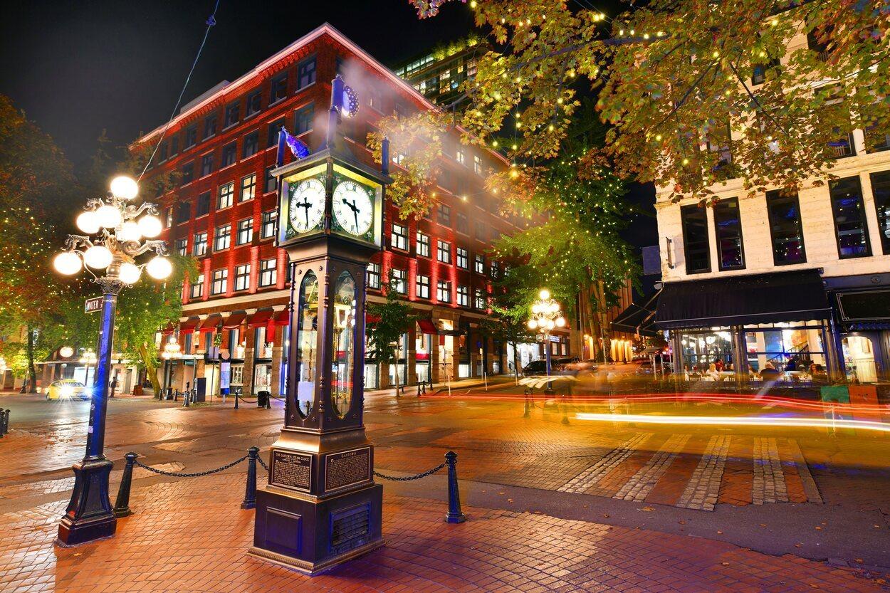 Vista nocturna del histórico reloj de vapor en Gastown, Vancouver