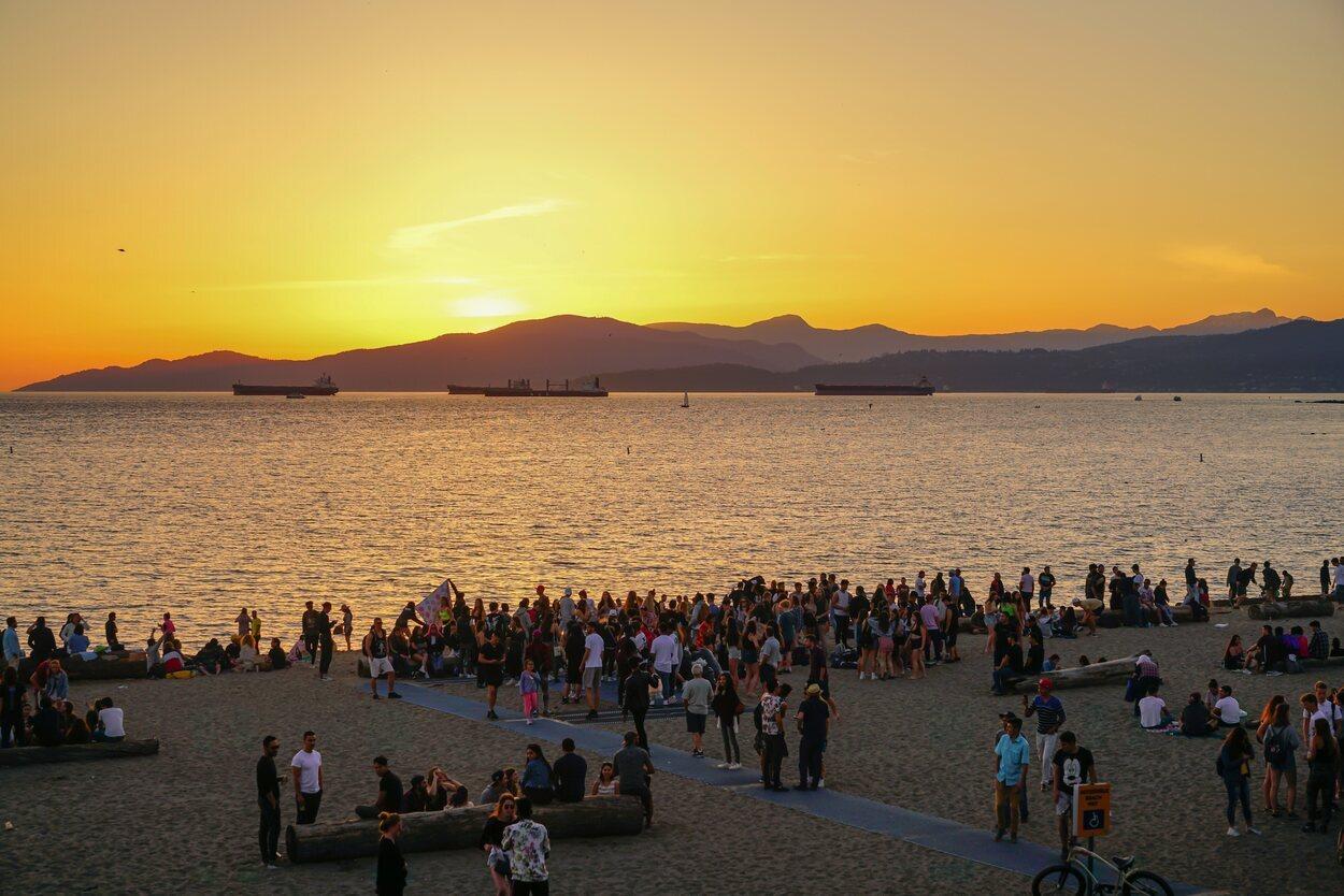 La puesta de sol en English Bay Beach es uno de los atractivos de Vancouver