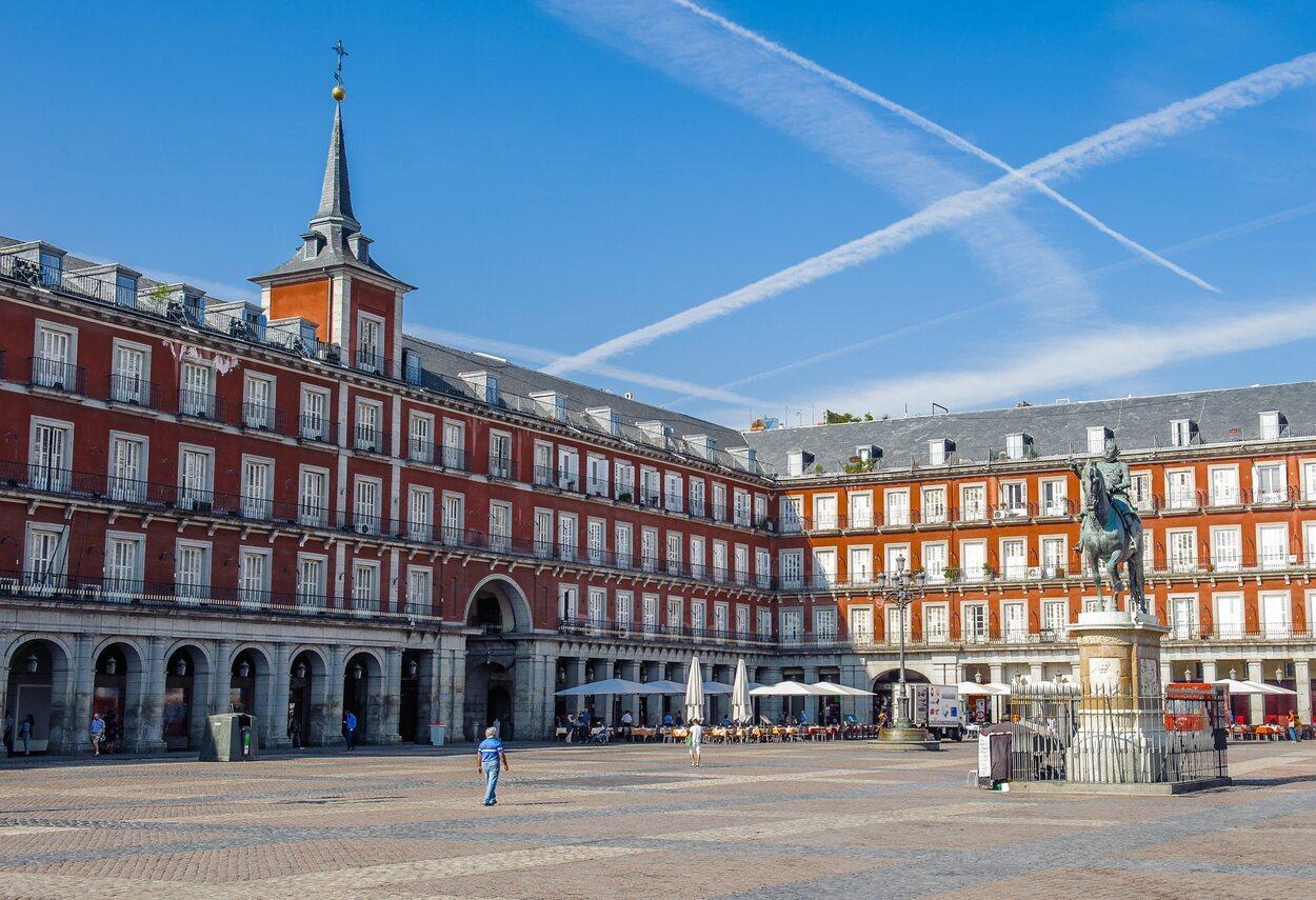 La Plaza Mayor de Madrid presidida por la estatua ecuestre de Felipe III