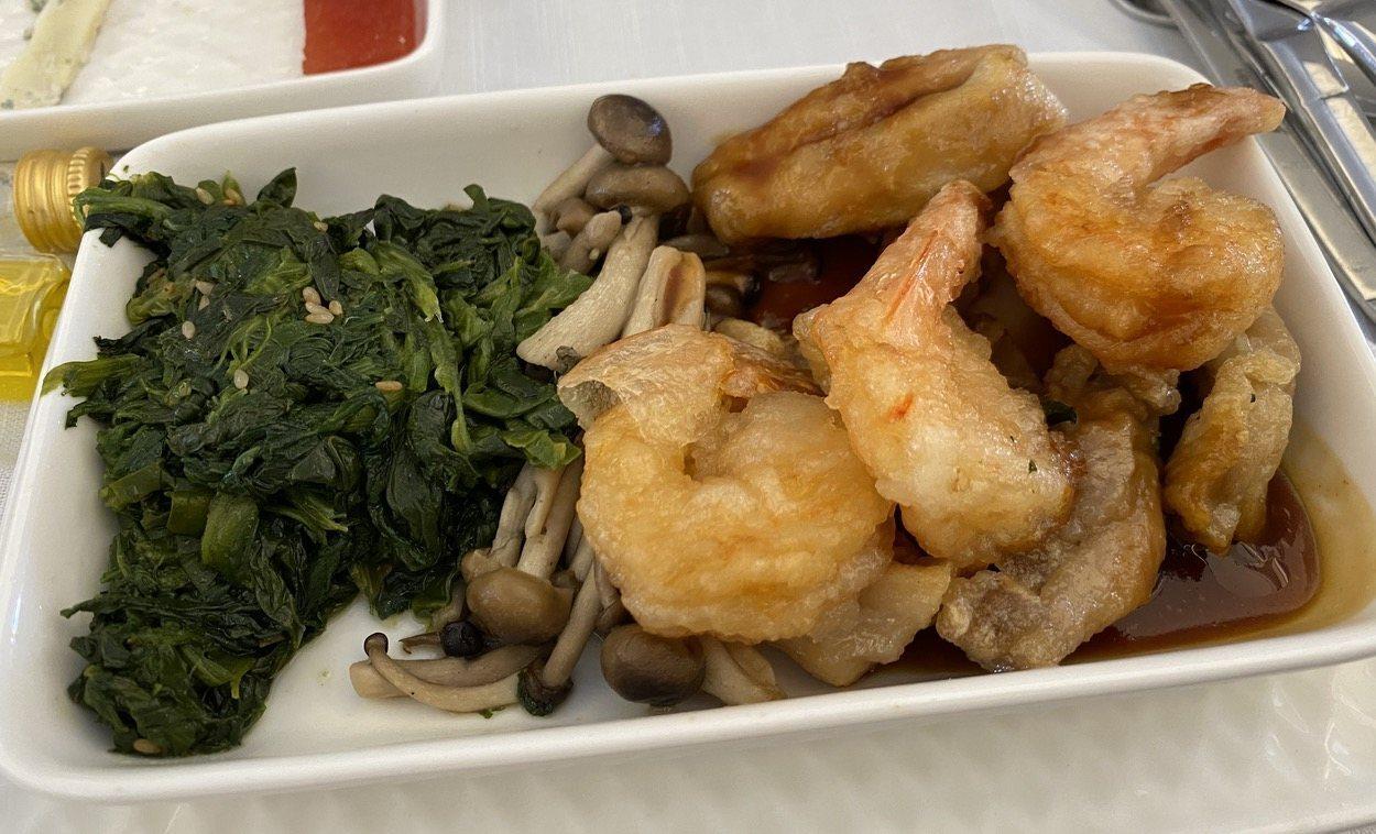 Plato principal: langostinos y pollo estilo japonés.