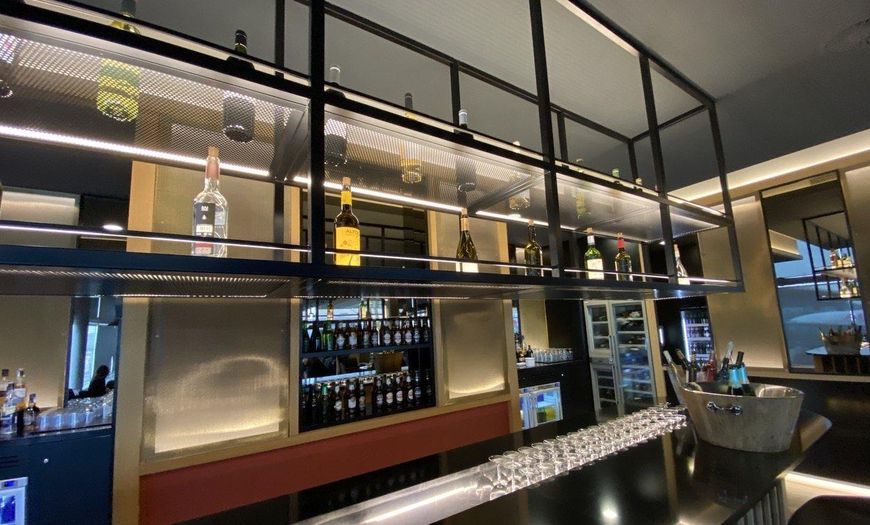 Bar con selección de vinos en la sala VIP.