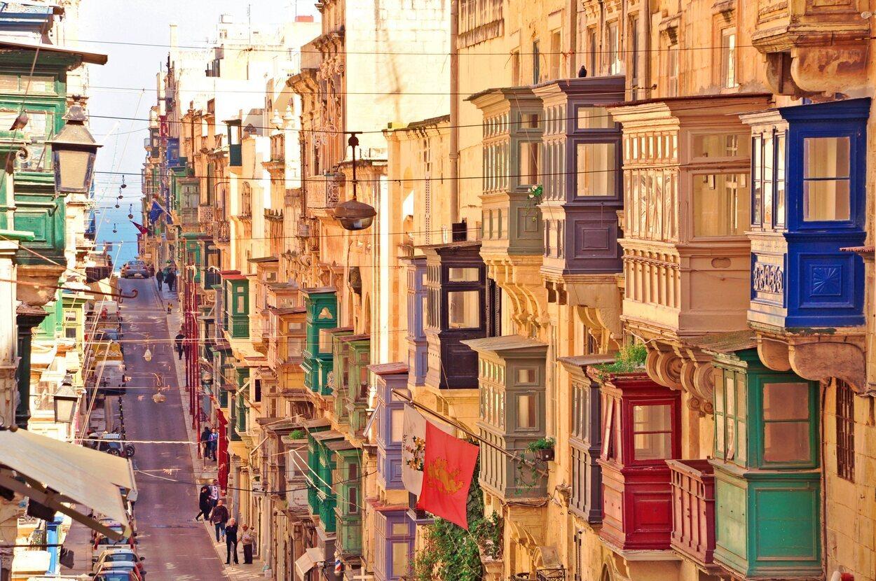 Balcones coloridos en la antigua ciudad de La Valeta, Malta