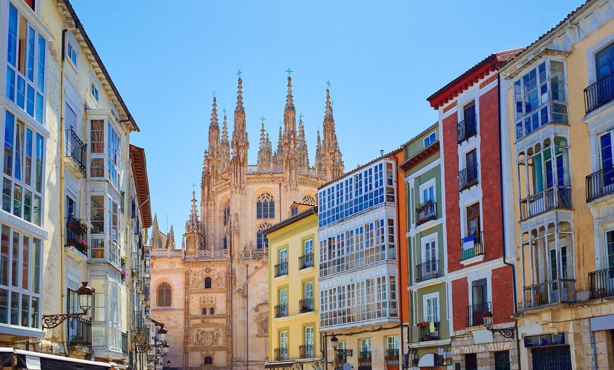 Fachadas coloridas del centro de Burgos y la Catedral