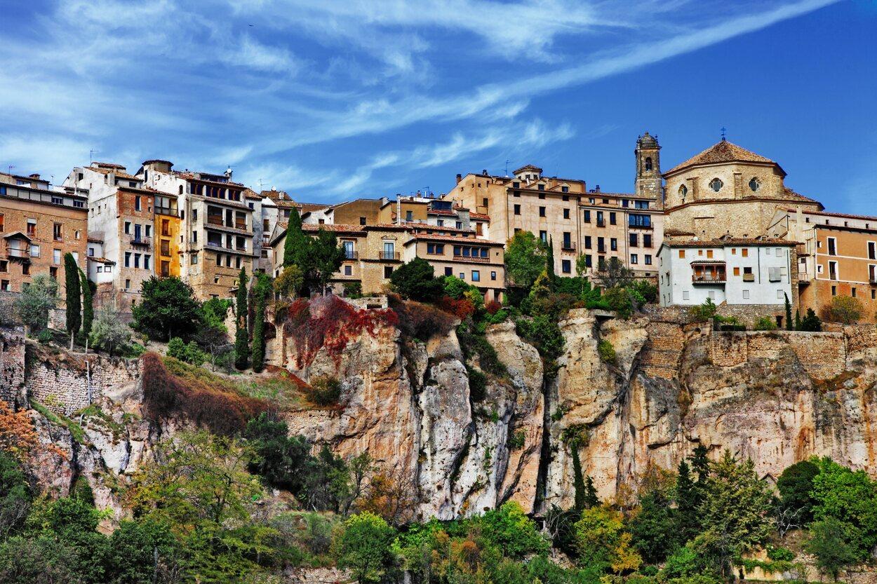 Cuenca sobre los acantilados de rocas