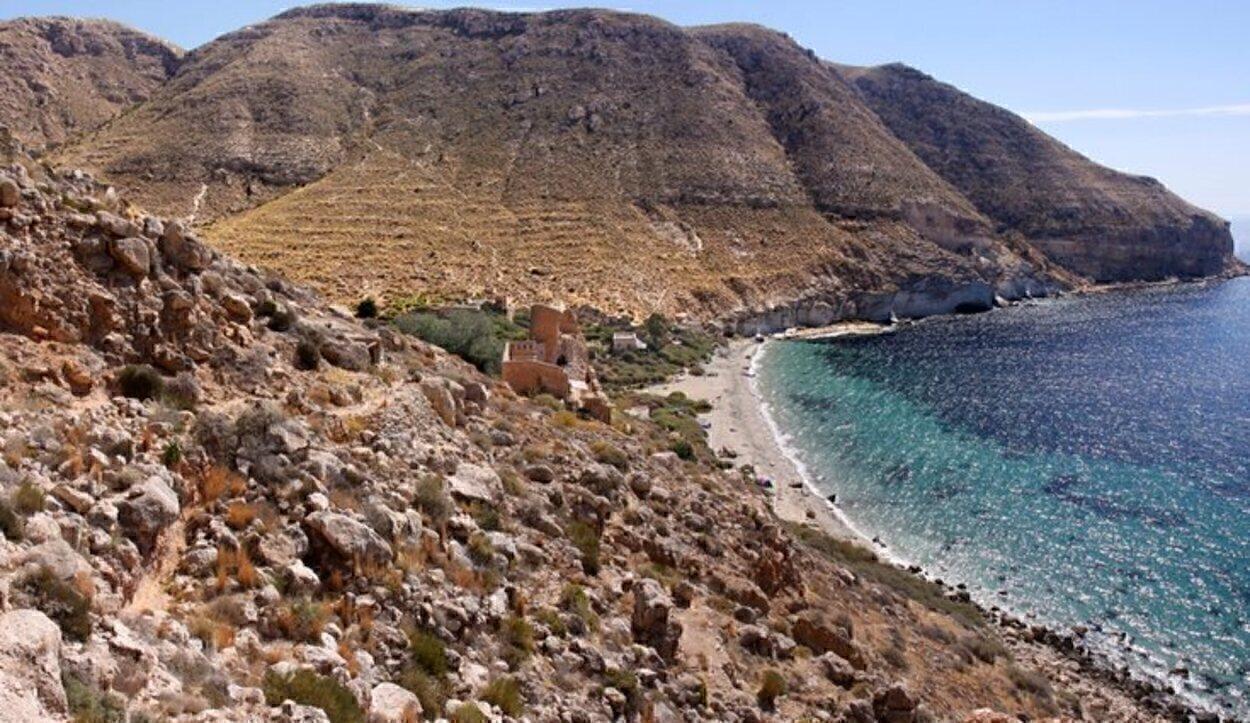 La cala de San Pedro, cerca de la Playa de los Muertos