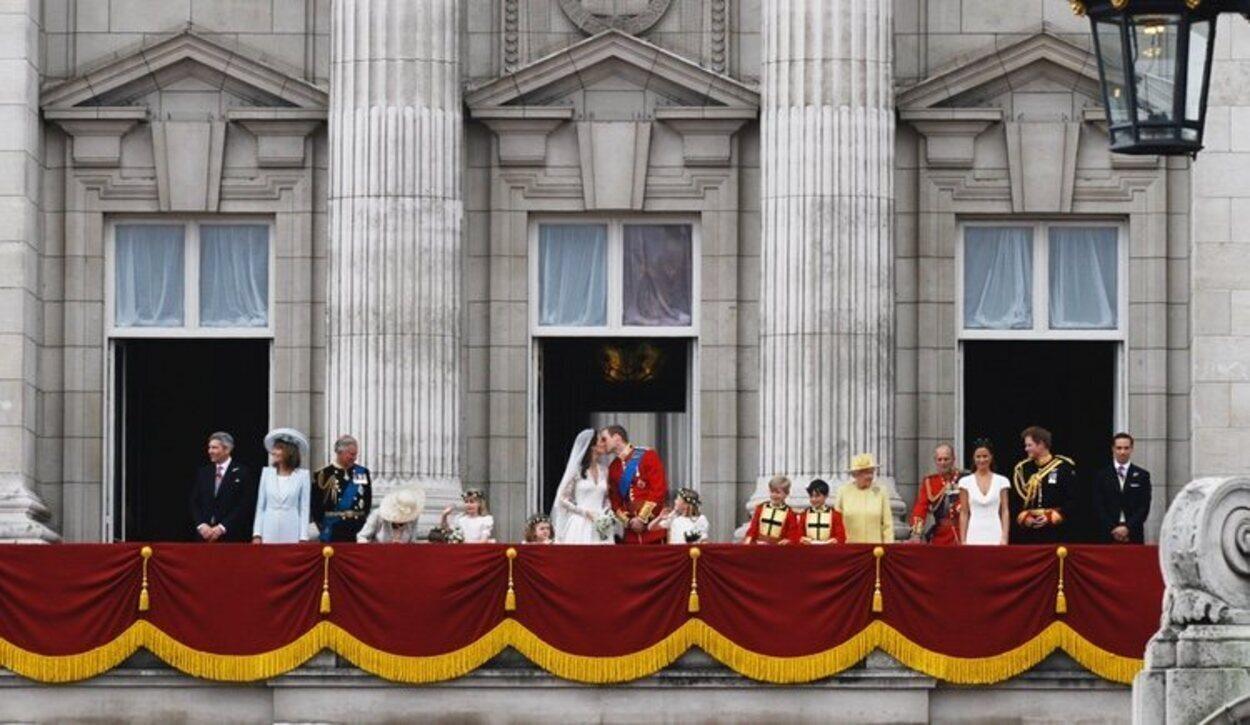 Los Duques de Cambridge dándose un beso en el balcón de Buckingham Palace el día de su boda