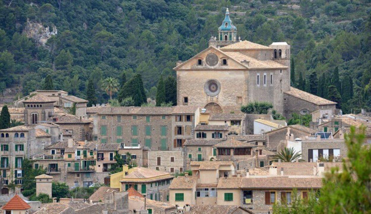 Valldemossa es un municipio de Mallorca situado en la Serra de Tramuntana, al norte de la isla
