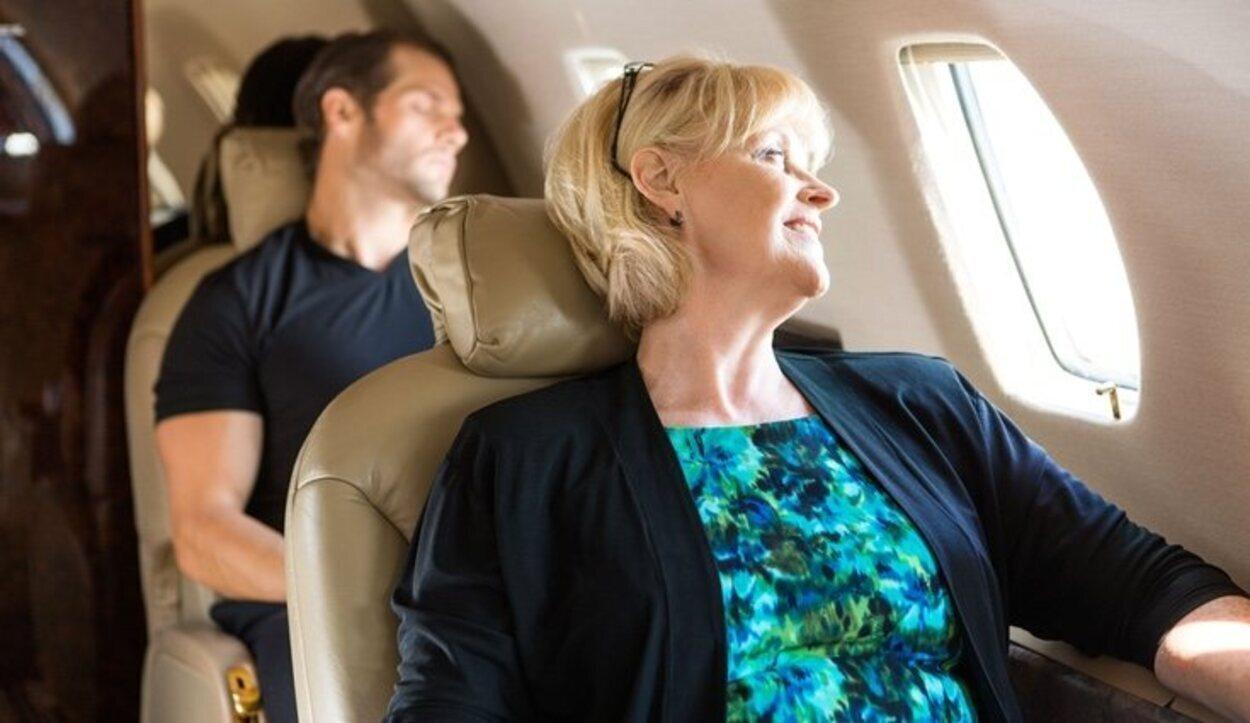 Debemos comer con precaución e hidratarnos correctamente para prevenir el jet lag
