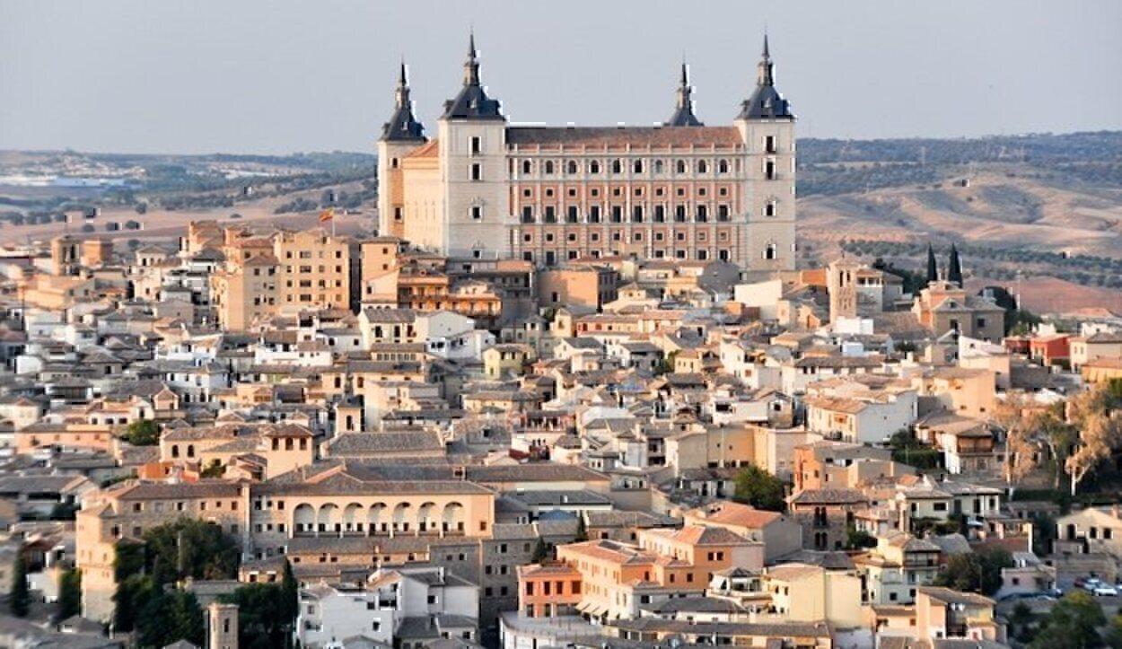 Vista del Alcázar enmarcado por el resto de la ciudad