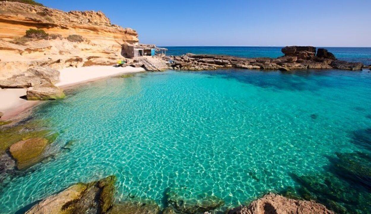 Es Caló es uno de los lugares únicos de la isla donde acuden todavía los pescadores
