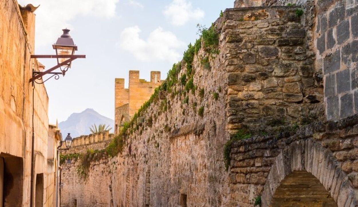 La arquitectura de Alcudia destaca por su cantidad de recintos amurallados