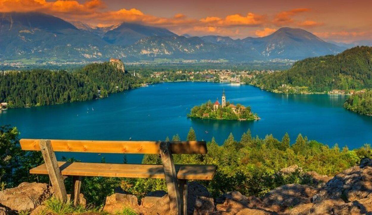 Bled es una isla ubicada en los Alpes Julianos, cerca de la frontera con Austria