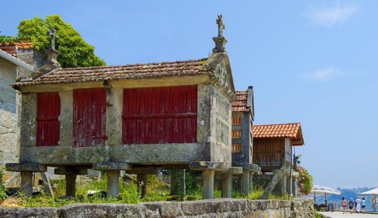 Alguno de los hórreos que hay en Combarro (Pontevedra, Galicia)