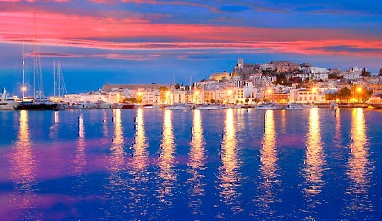A parte de la fiesta, los paisajes y calas de Ibiza enamorarán a cualquier turista