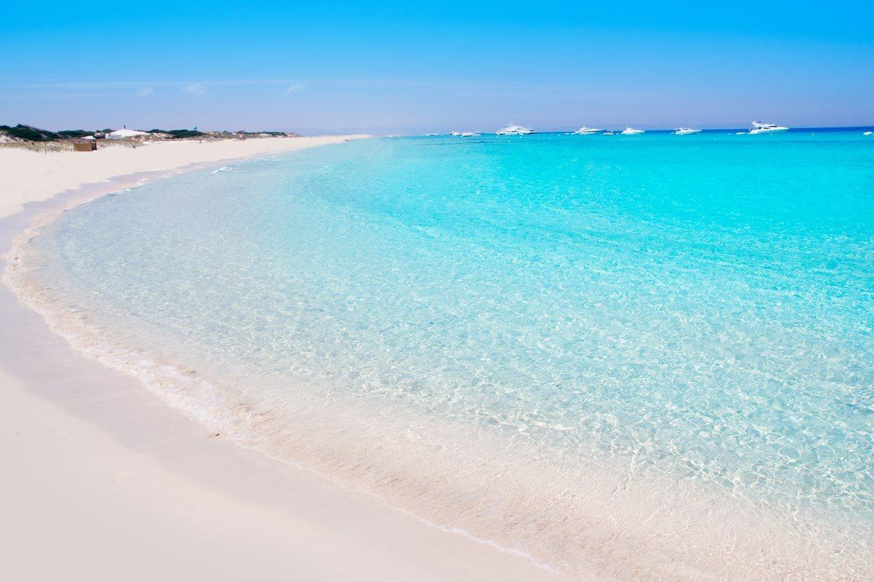La playa de Ses Illetes es un paraíso de arena blanca y aguas cristalinas
