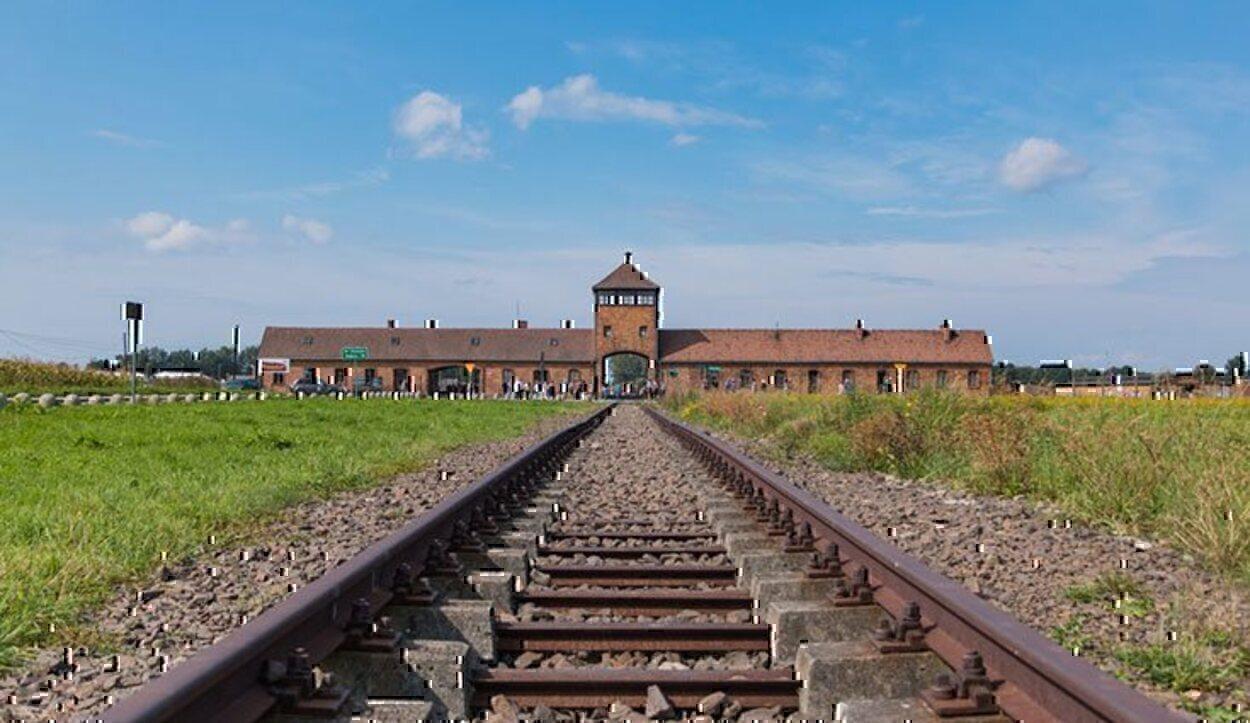 Si visitas Polonia, puedes desplazarte hasta este recuerdo del infierno que se vivió allí y que no debe volver a repetirse
