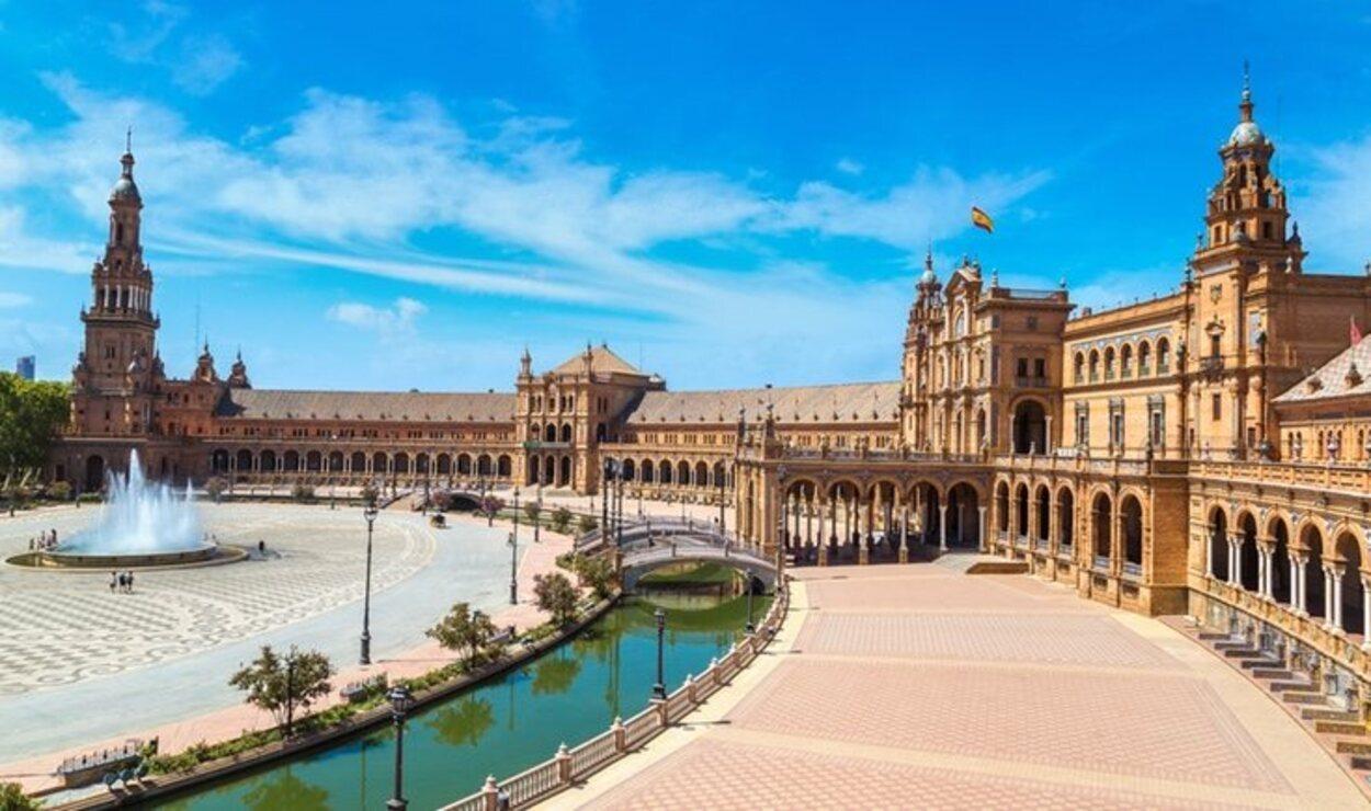 El arquitecto sevillano Aníbal González fue el encargado de realizar la Plaza de España