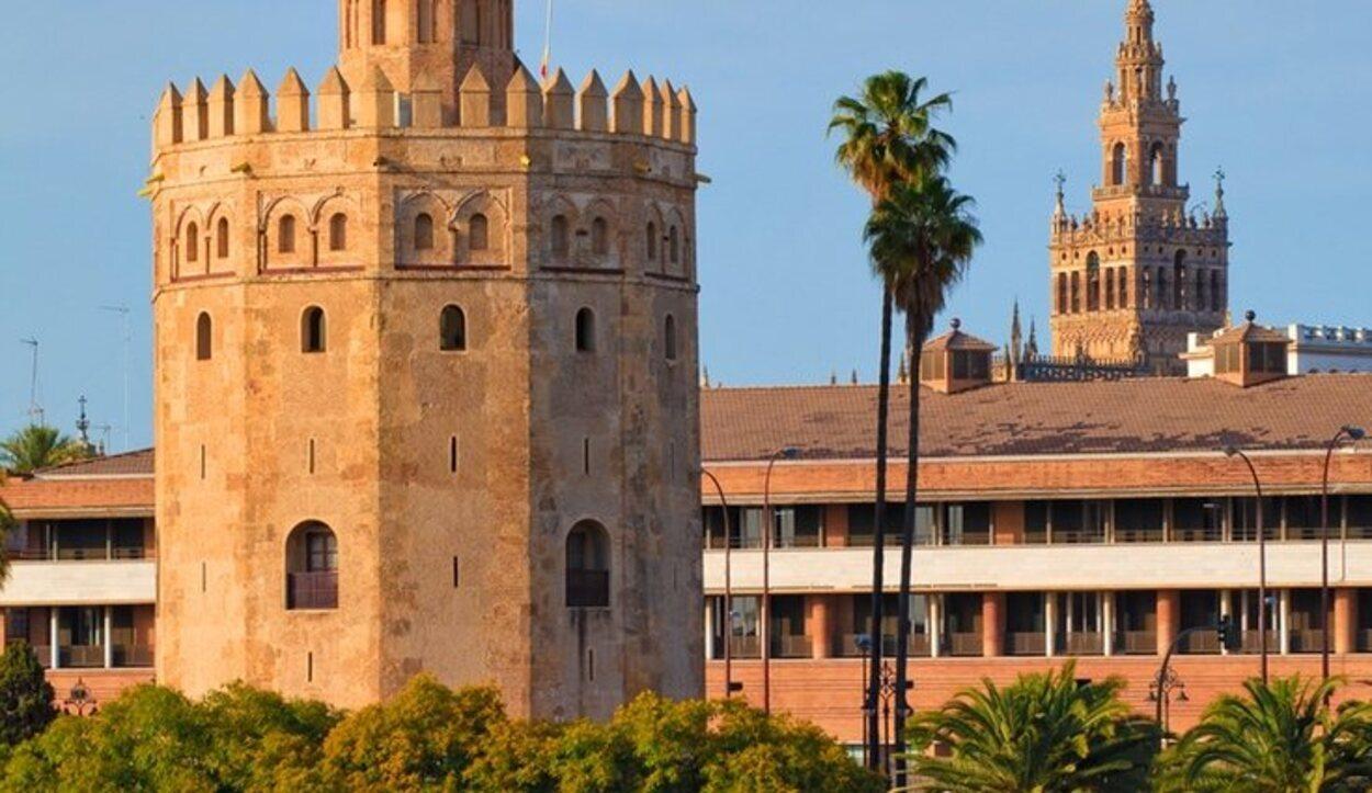 Es una antigua torre albarrana situada junto al río Guadalquivir