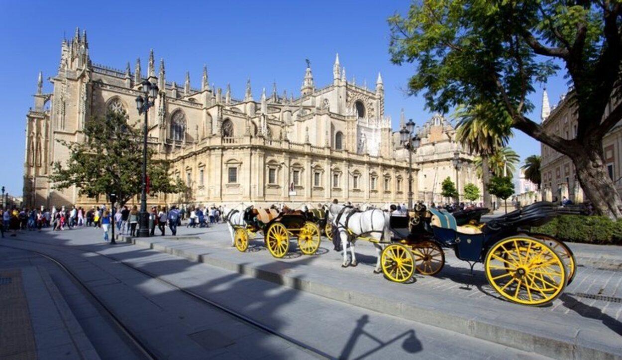 El exterior de la Catedral de Santa María en Sevilla