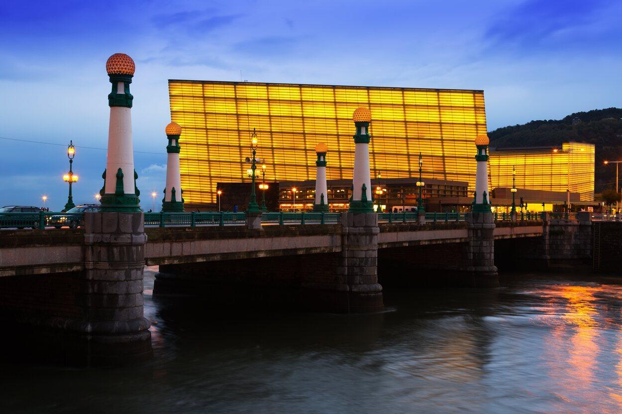 Vista del Kursaal desde el otro lado del río Urumea de San Sebastián