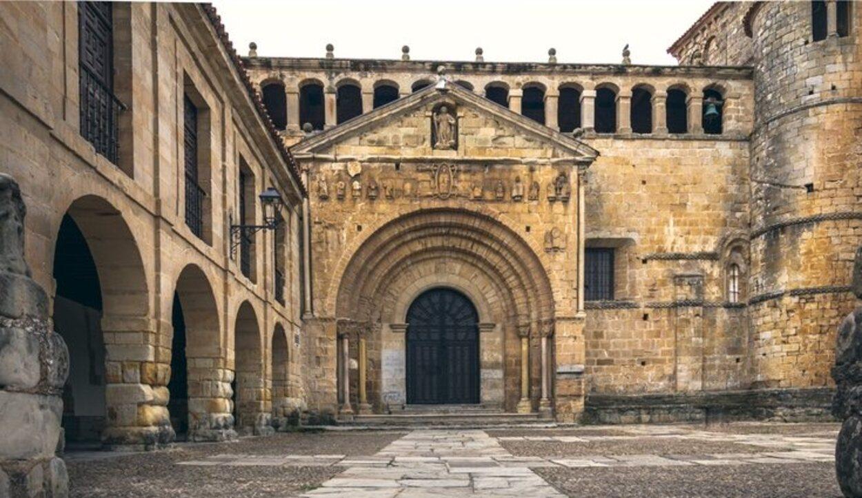 La Colegiata de Santillana del Mar es otro de los monumentos de obligada visita en el pueblo