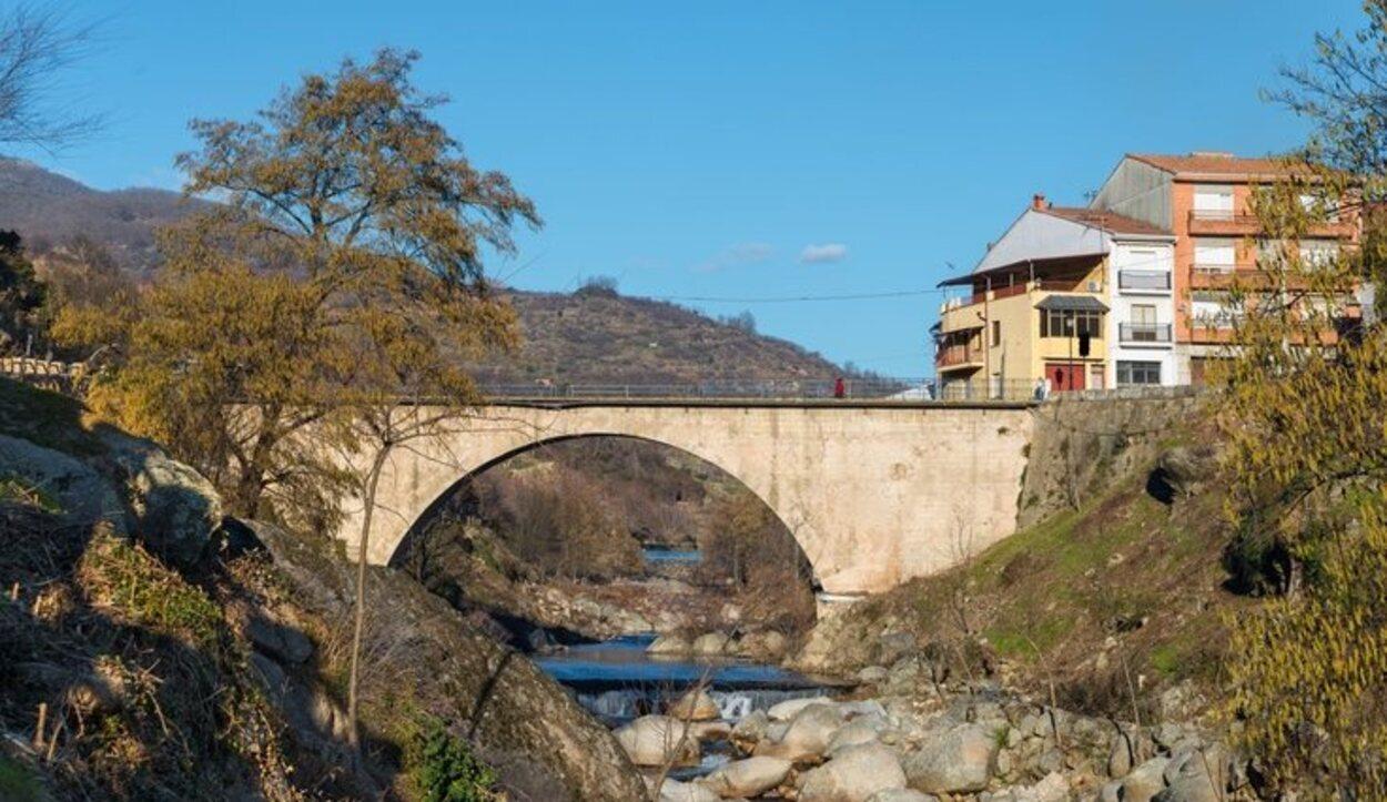 El Valle del Jerte es un atractivo turístico por su peculiar paisaje y el florecimiento de los cerezos a finales de marzo