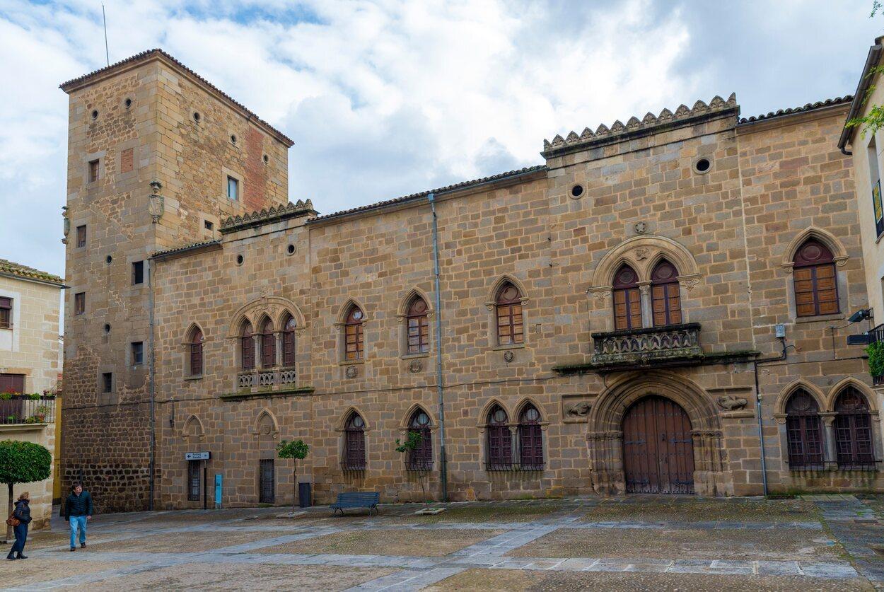 el Palacio de los Monroy o Casa de las Dos Torres de Plasencia destaca por su belleza