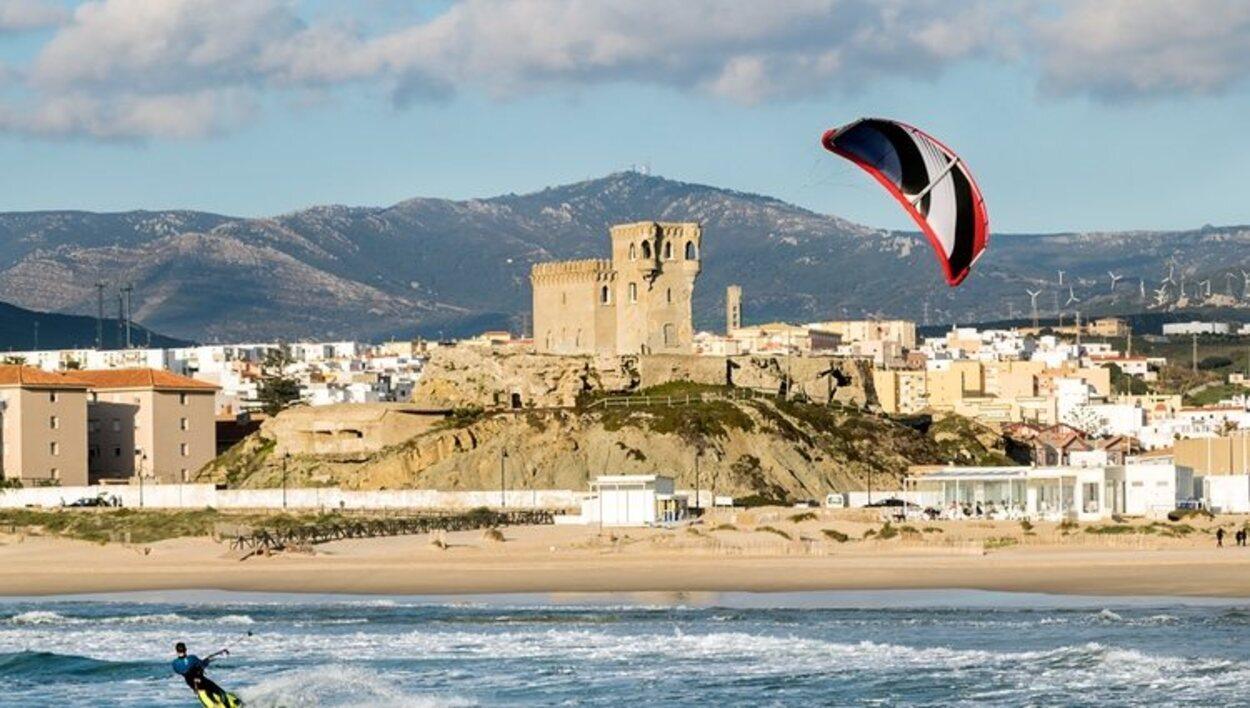 Si tu pasión es el surf, Tarifa es uno de los mejores destinos de la Península para practicarlo