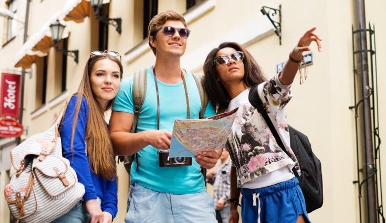 Los guías ayudan a los viajeros a obtener la información necesaria del lugar que visitan