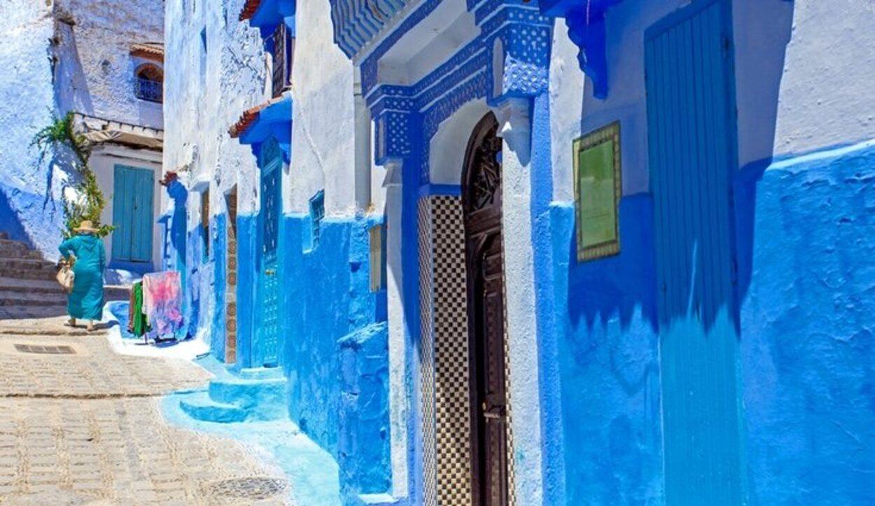 La ciudad de Chefchaouen, en Marruecos, destaca por su paisaje azul en casas y paredes