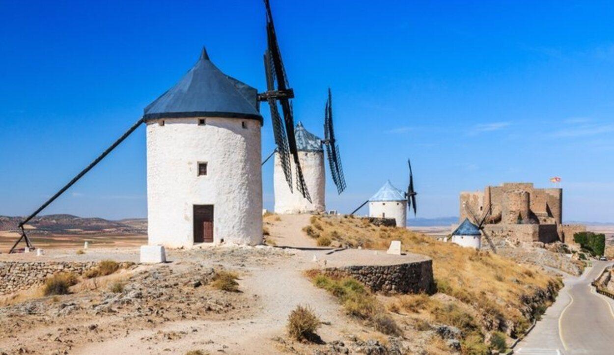 Este castillo está rodeado de molinos de viento