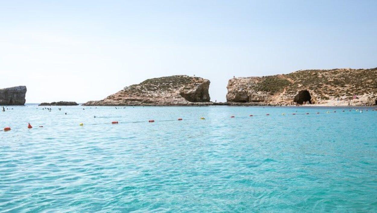 El agua color turquesa de las playas de Comino