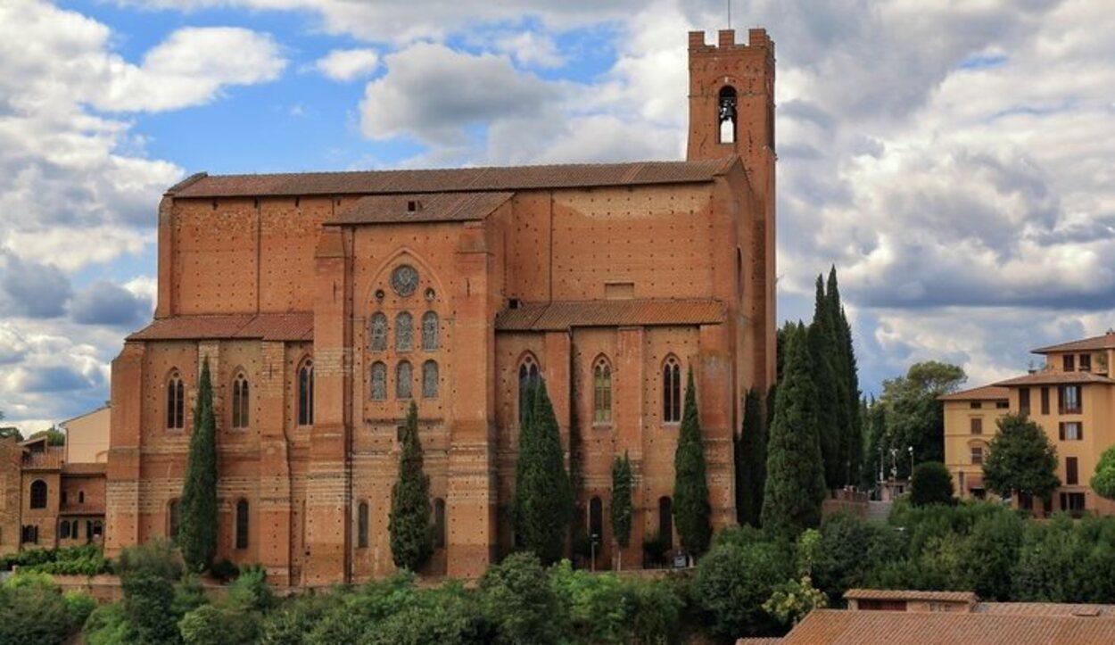 La Basílica de San Domenico se encuentra en la zona norte de Siena