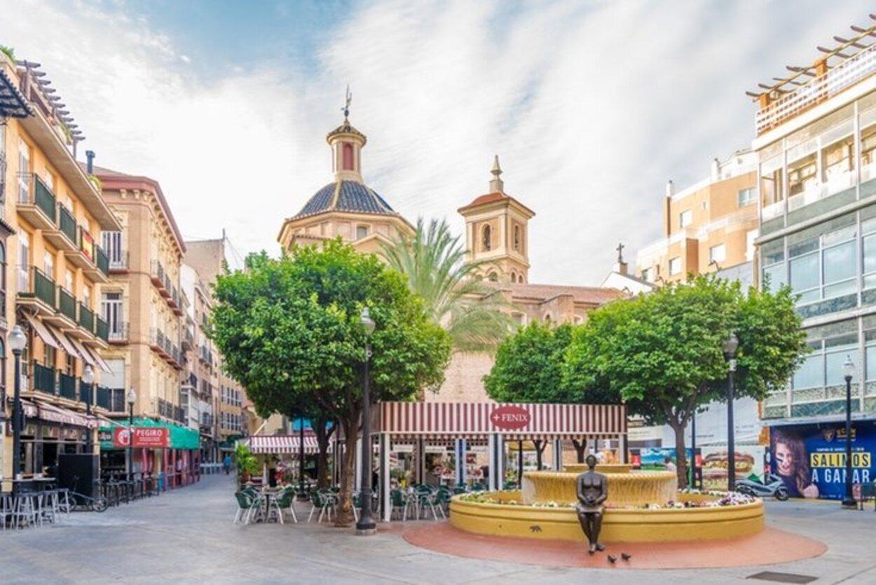 La Plaza de las Flores de Murcia con la cúpula de la Iglesia de San Pedro al fondo