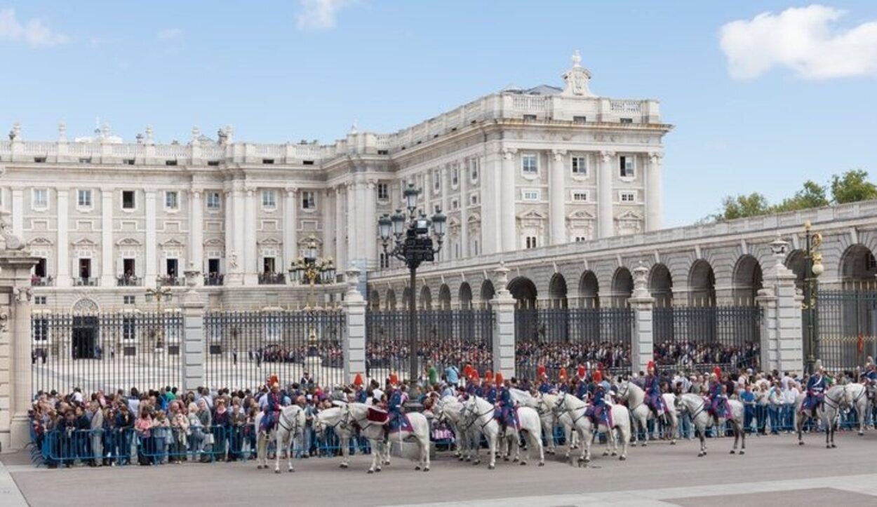 Los turistas observando un cambio de guardia en el Palacio Real de Madrid