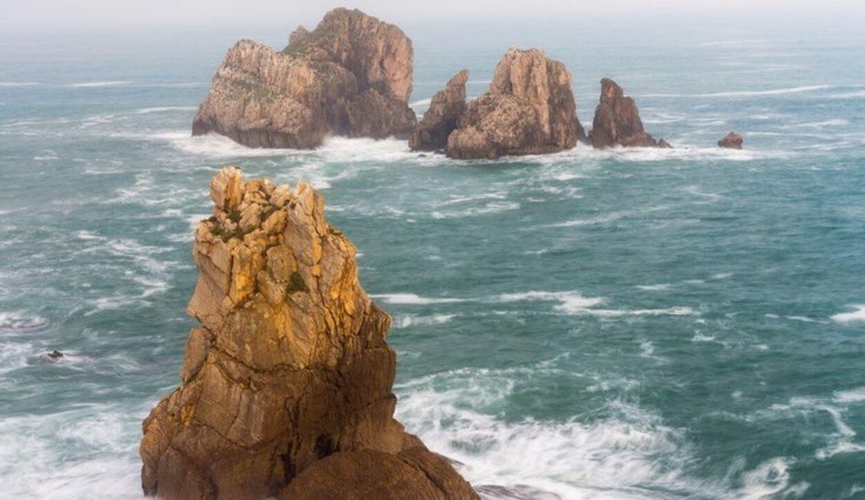 Los vientos fuertes permiten que los amantes de los deportes acuáticos puedan disfrutar de las olas