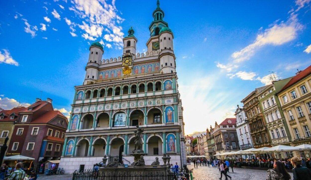 El Ayuntamiento de Poznan junto a una de las cuatro fuentes de la Plaza