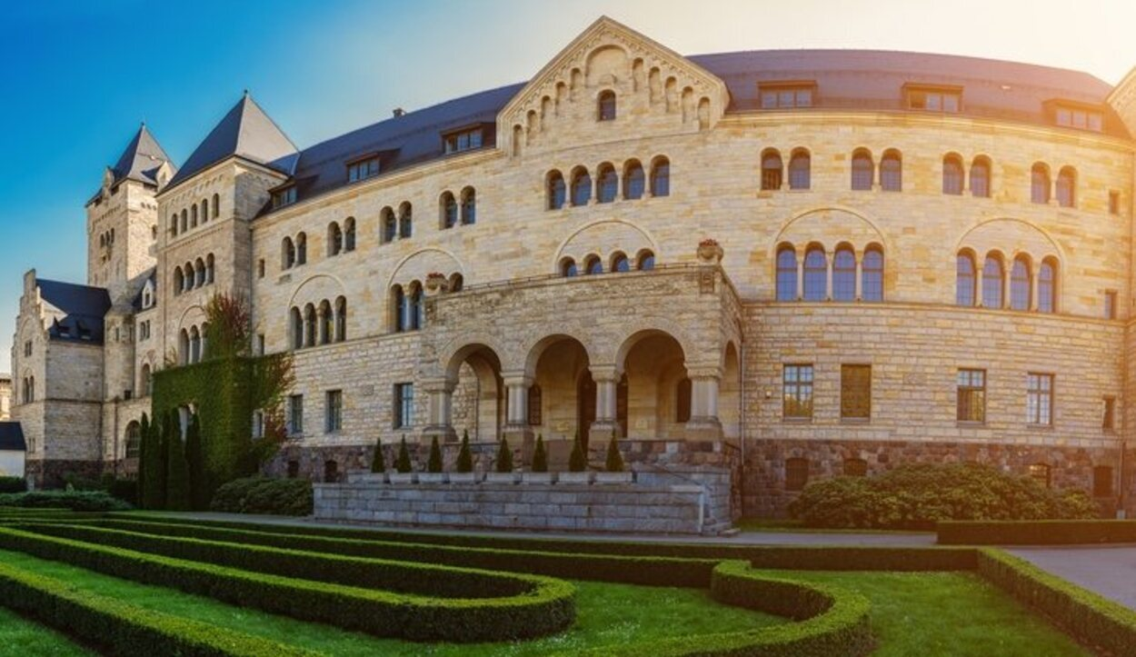 La fachada actual del Castillo Imperial después de las reconstrucciones