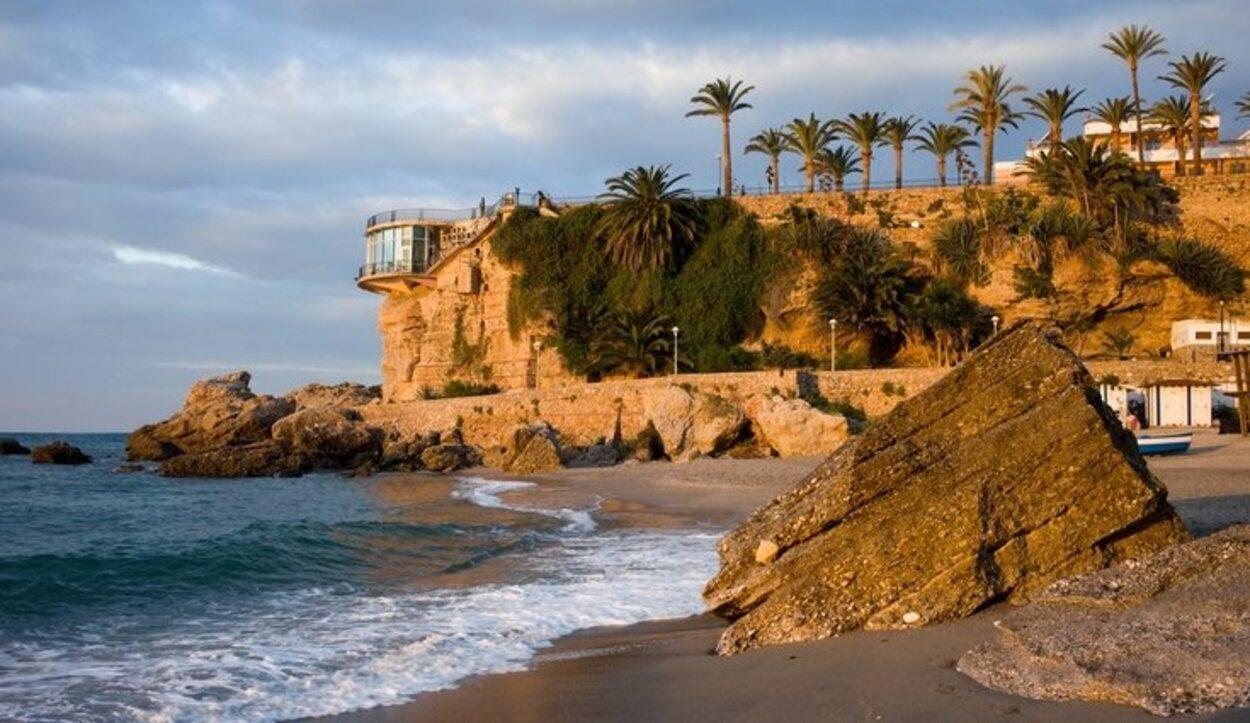 La playa de Calahonda se sitúa debajo del famoso Balcón de Europa