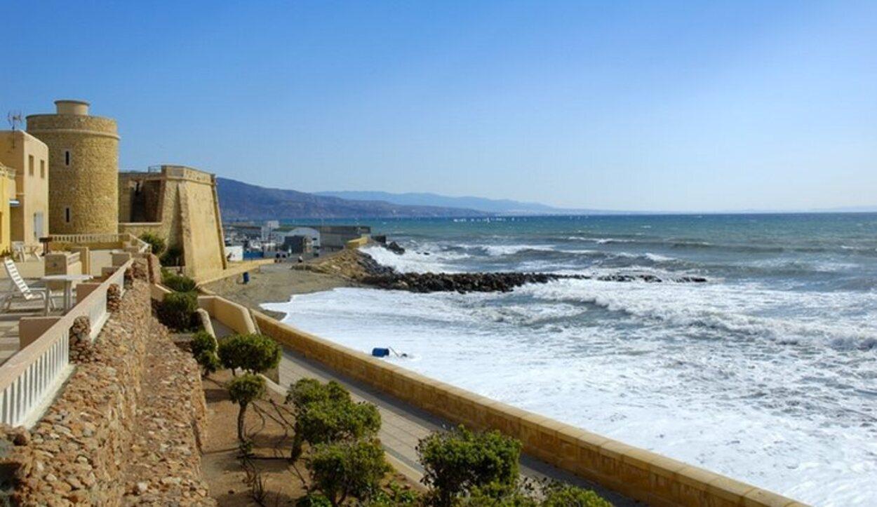 Roquetas de Mar se ubica a 21 kilómetros de Almería