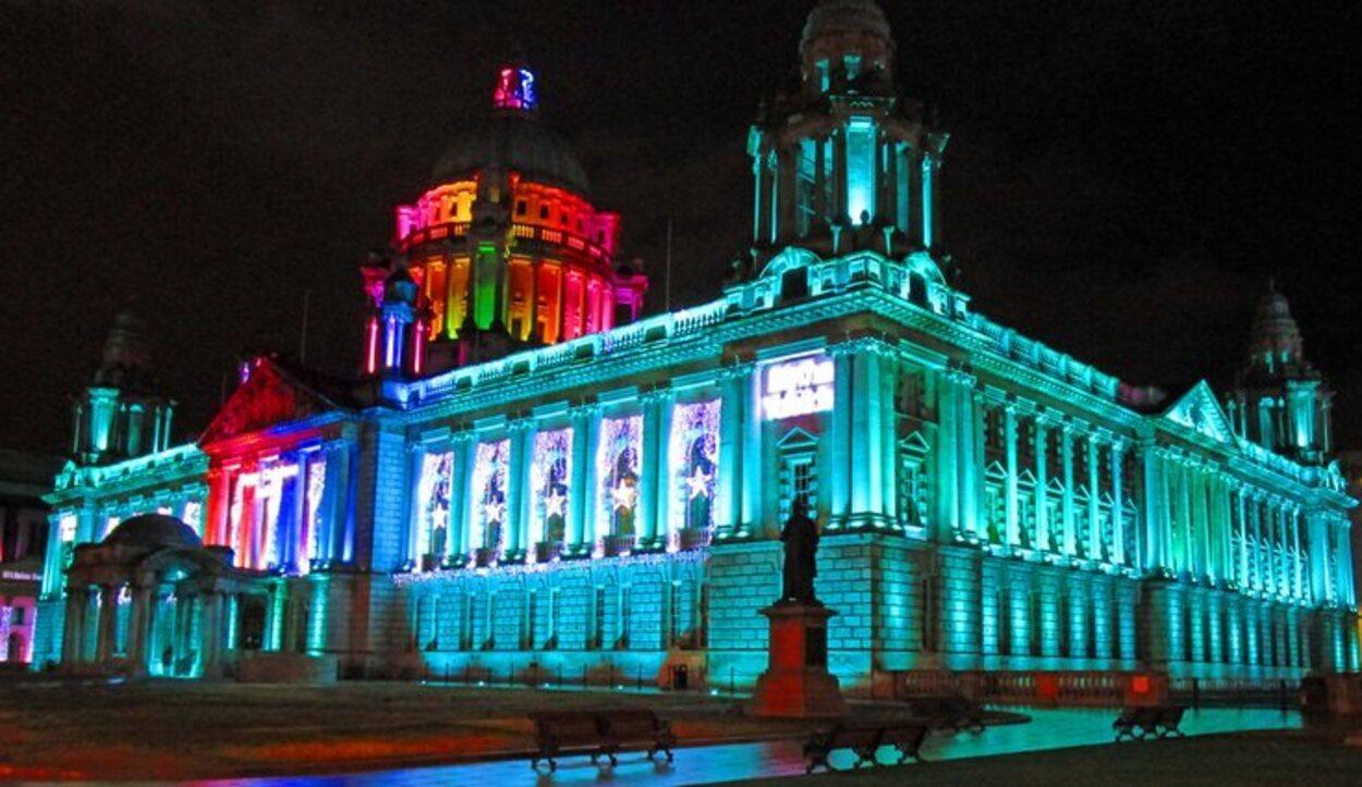 El ayuntamiento se ilumina por las noches