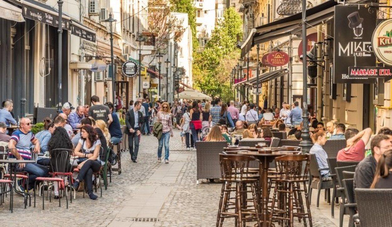 La calle Lipscani es una de las más animadas de Bucarest