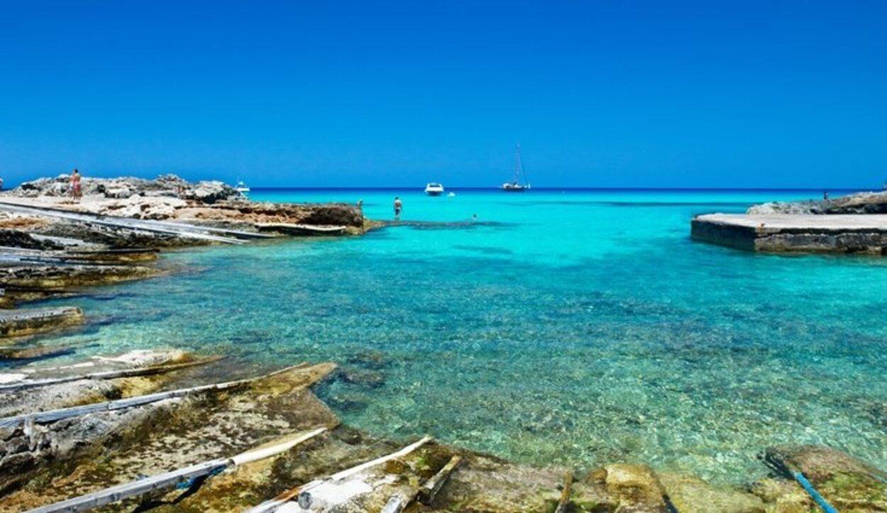 En la Playa de Es Caló te rodeará un ambiente marinero