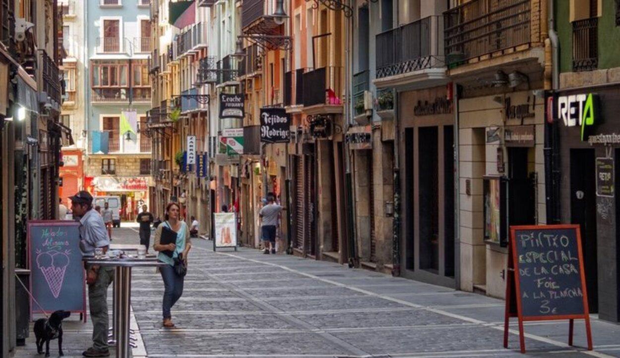 Esta calle es perfecta para salir a dar un paseo con los niños porque es peatonal